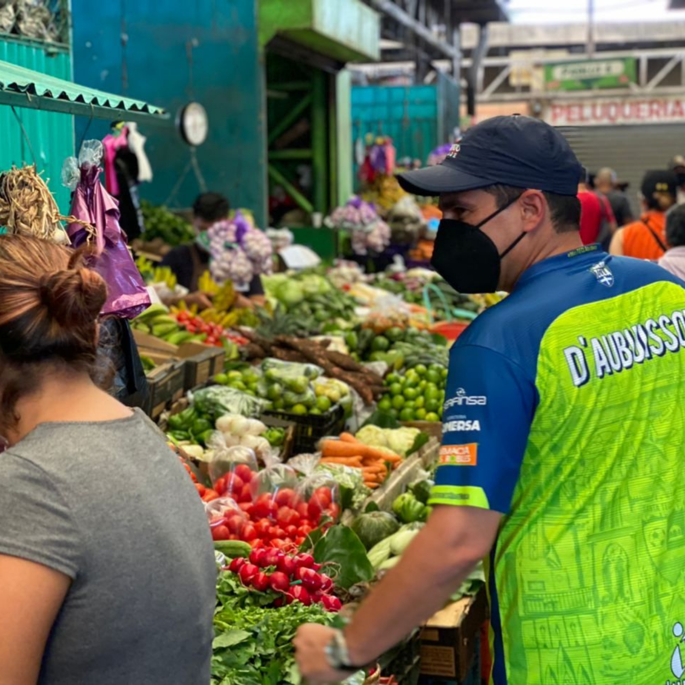 Los Negocios Y El Control De Los Mercados En Santa Tecla. Mercado. Fotografía. Roberto d'Aubuisson. 2020