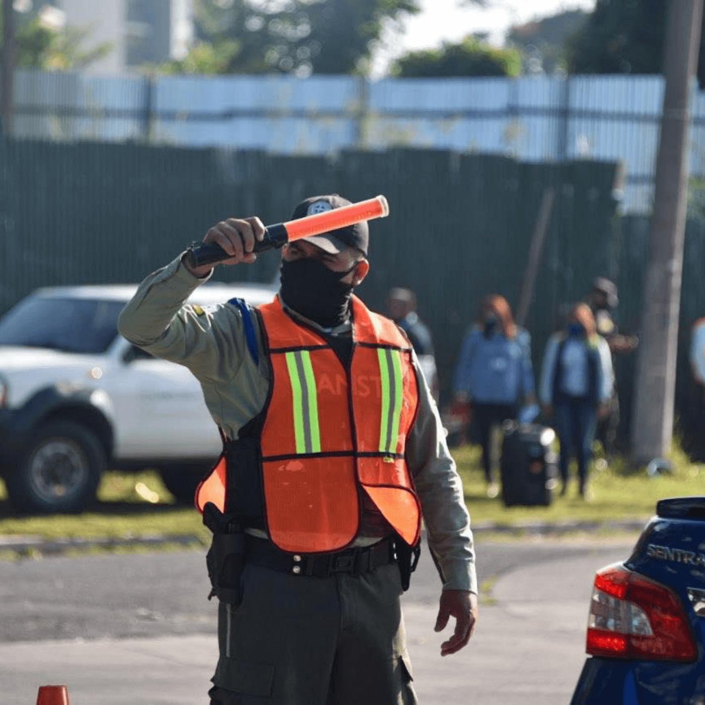 Las Acciones Para Mejorar El Tránsito En Santa Tecla. Gestor tráfico. Fotografía. Roberto d'Aubuisson. 2021