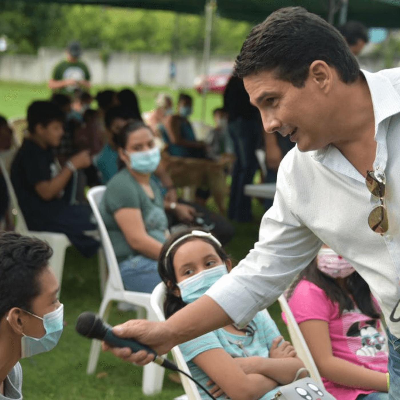 La Educación En Santa Tecla Un Referente En El Salvador. D'Aubuisson y niño. Fotografía. Roberto d'Aubuisson. 2021