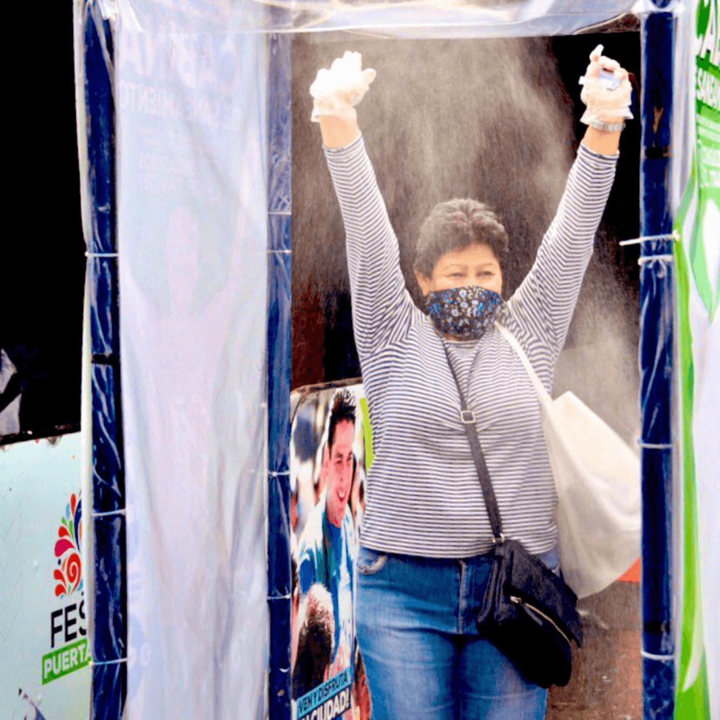 El Desafío Municipal De La Pandemia En Santa Tecla. Cabina desinfección. Fotografía. Roberto d'Aubuisson. 2021