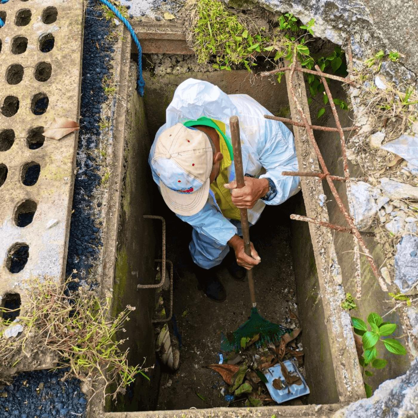 La Protección Municipal Ante Las Inundaciones En Santa Tecla. Limpieza alcantarillado. Fotografía. Roberto d'Aubuisson. 2021