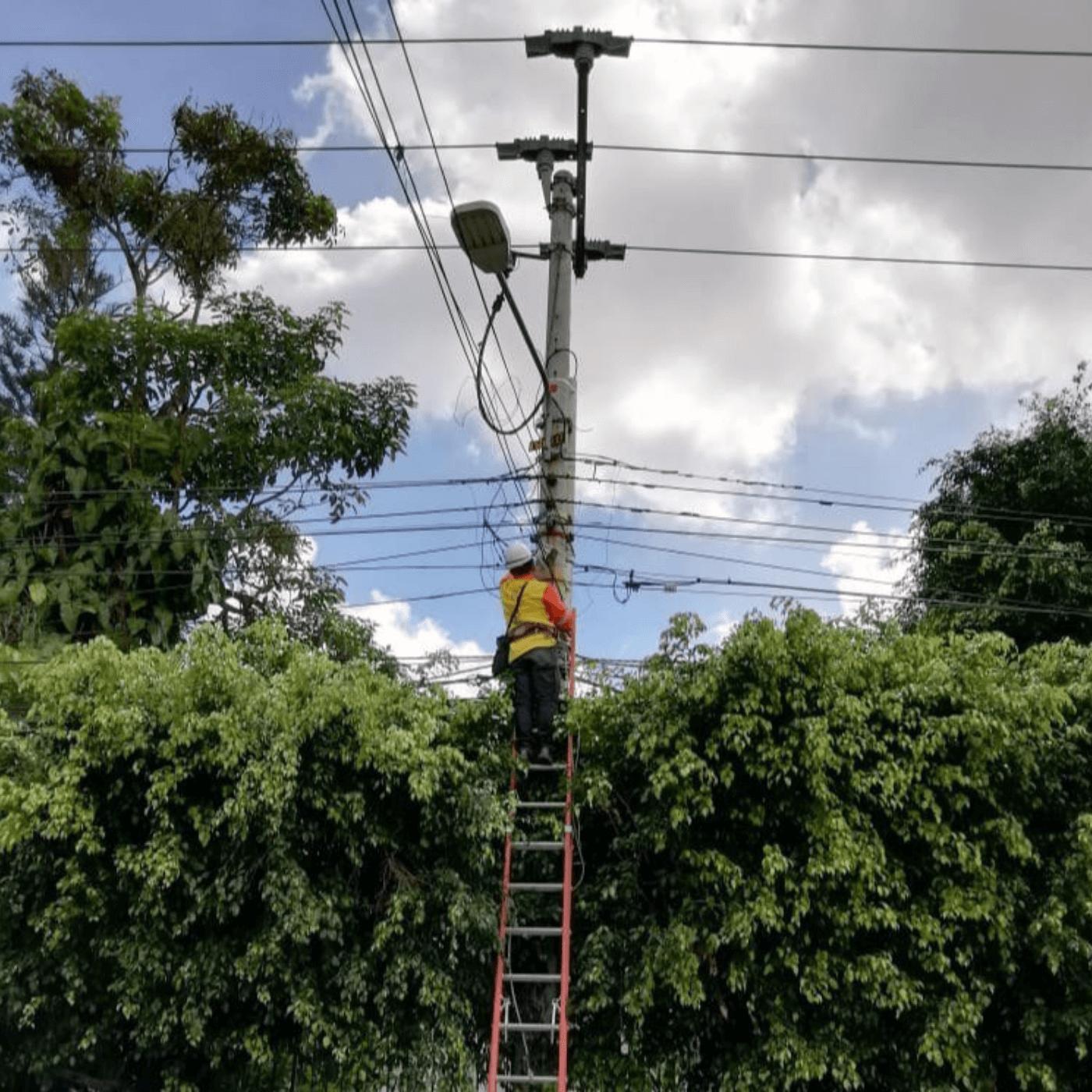 El Tendido Eléctrico Y Alumbrado Público En Santa Tecla. Alumbrado. Fotografía. Roberto d'Aubuisson. 2021